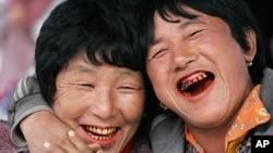 在一个农产品集市上的不丹妇女开怀大笑(资料照片)