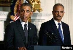 ພາບບັນທຶກ ປະທານາທິບໍດີ Barack Obama ຕິດຕາມດ້ວຍ ລັດຖະມົນຕີ ກະຊວງຍຸຕິທຳ ທ່ານ Eric Holde ທີ່ທຳນຽບຂາວ ວັນທີ 25 ເດືອນກັນຍາ 2014.