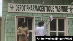 Contrôle de la pharmacie Yasmine située dans la commune du 8eme arrondissement de N'Djamena, 13 septembre 2018. (VOA/André Kodmadjingar)