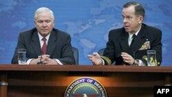 Bộ trưởng Quốc phòng Hoa Kỳ Robert Gates (trái), Chủ tịch Hội đồng tham mưu trưởng liên quân Hoa Kỳ Mike Mullen (phải) nói về tình hình Libya tại Ngũ Giác Ðài, ngày 1/3/2011