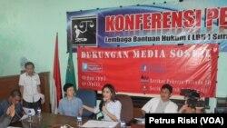 Pekerja PT. Pelindo III berdialog dengan Anggota Komisi VI DPR RI Rieke Diah Pitaloka di LHB Surabaya memperjuangkan hak pekerja yang tidak diberikan kepada 98 orang pekerja kontrak. (VOA/Petrus Riski)