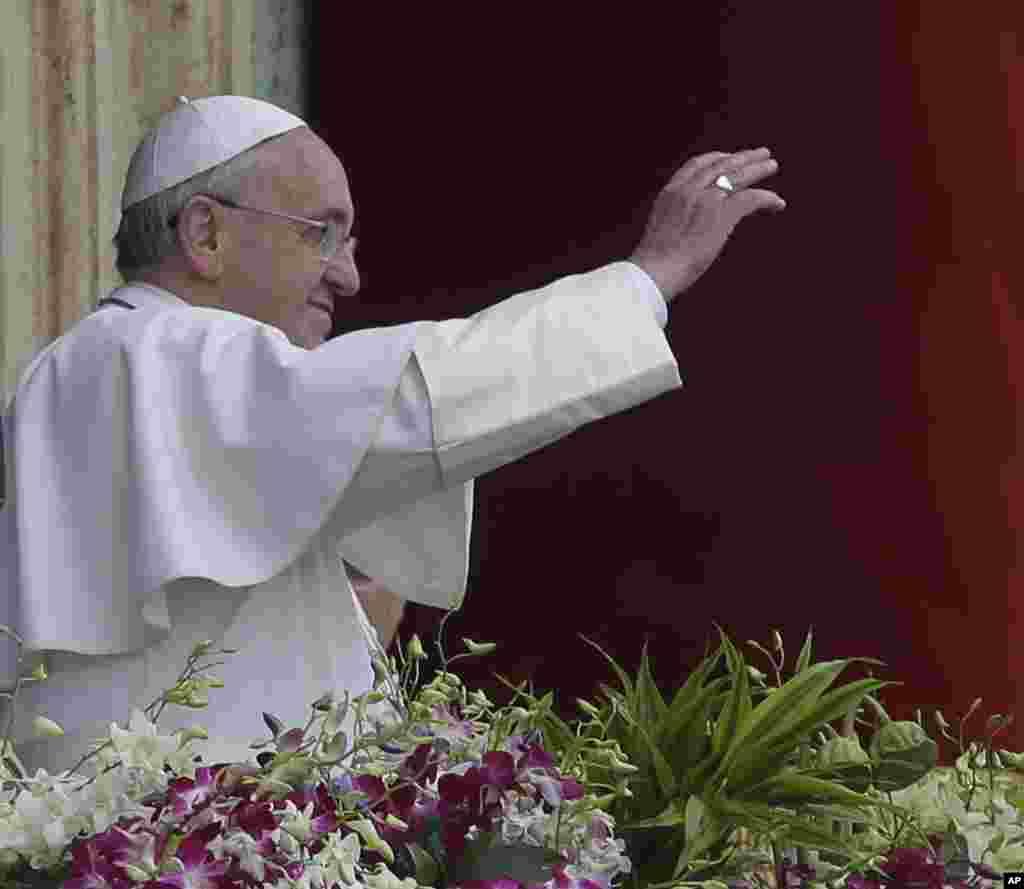 Paus Fransiskus menyampaikan berkat Urbi et Orbi (bagi kota Vatikan dan dunia) di akhir Misa Paskah hari Minggu di lapangan Santo Petrus di Vatikan, 5 April 2015.