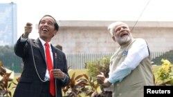 나렌드라 모디 인도 총리(오른쪽)와 조코 위도도 인도네시아 대통령이 30일 자카르타에서 함께 연을 날리고 있다. 두 정상은 이날 회담에서 양국 관계를 '포괄적인 전략 동반자' 관계로 격상하기로 했다.