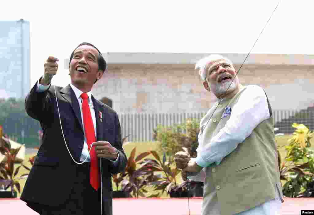 بادبادک بازی رئیس جمهوری اندونزی با نارندا مودی نخست وزیر هند در بنای یادبود ملی جاکارتا