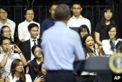 តារាចម្រៀង Rap កញ្ញា Suboi ច្រៀង Rap ឲ្យលោកប្រធានាធិបតីអាមេរិក បារ៉ាក់ អូបាម៉ា ស្តាប់នៅឯវេទិកាសាធារណៈនៃកម្មវិធីគំនិតផ្តួចផ្តើមមេដឹកនាំវ័យក្មេងអាស៊ីអាគ្នេយ៍ នៅឯមជ្ឈមណ្ឌល GEM ក្រុងហូជីមិញ ប្រទេសវៀតណាម ថ្ងៃពុធ ទី២៥ ខែឧសភា ឆ្នាំ២០១៦។ លោក អូបាម៉ា បានបញ្ចប់ដំណើរទស្សនកិច្ចនៅវៀតណាមមុនពេលលោកធ្វើដំណើរទៅប្រទេសជប៉ុនដើម្បីចូលរួមកិច្ចប្រជុំកំពូល G7 និងធ្វើដំណើរទៅកាន់ក្រុងហ៊ីរ៉ូស៊ីម៉ា។ (AP Photo/Na Son Nguyen)