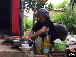 """Mommy"" is helping out with house chores after she came back from a protest against Cambodia's controversial NGO law in July. (Phorn Bopha/VOA Khmer)"