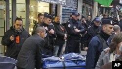 پیرس میں قتل ہونے والے تین کرد سیاسی کارکنوں میں سے ایک کی میت جائے واردات سے منتقل کی جارہی ہے