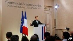 """Orleans kentinde Fransız vatandaşlığı alan yabancıların törenine katılan Macron, Libya'da """"hotspots/göçmen kontrol noktaları"""" oluşturacaklarını duyurdu"""