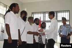 Presiden Joko Widodo (kanan) memberikan pengampunan kepada lima tahanan politik di sebuah rumah tahanan di Jayapura, Papua, 9 Mei 2015. (Foto: Antara via Reuters)