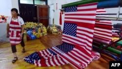 資料照:中國安徽阜陽一個工廠正在生產美國國旗。 (2018年7月13日)