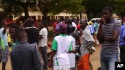 Des badauds, quelques survivants et proches de victimes se rassemblent au lieu où un train s'est renversé la veille à Eseka, au Cameroun, 22 octobre 2016.