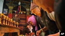 西藏流亡僧人在印度新德里寺院里点灯向那些在藏区自焚和与警察冲突中受伤的藏人表示声援