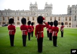 Royal Guardsman look out from the Quadrangle of Windsor Castle after President Barack Obama and first lady Michelle Obama arrived at Windsor Castle in Windsor, England, April 22, 2016.