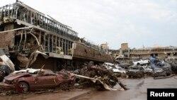 Cảnh tượng đổ nát tại bãi đậu xe của bệnh viện Moore sau cơn lốc xoáy, ngày 20/5/2013.