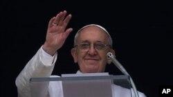 17일 성베드로 광장에 모인 군중에게 인사하는 프란치스코 교황