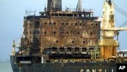 图为2011年9月被可能是索马里海盗的人放火焚烧的船只资料照