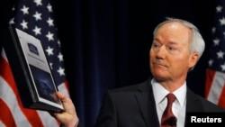 Cựu dân biểu Asa Hutchinson, cố vấn NRA, trình bày các khuyến nghị về chương trình giữ an toàn cho các trường học, tại cậu lạc bộ báo chí ở Washington 2/4/13