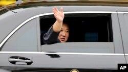មេដឹកនាំកូរ៉េខាងជើង Kim Jong Un បក់ដៃចេញពីរថយន្ត បន្ទាប់ពីអញ្ជើញទៅដល់ក្រុង Dong Dang កាលពីថ្ងៃទី២៦ ខែកុម្ភៈ ឆ្នា២០១៩។