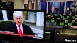 Presiden AS Donald Trump sedang memberi pernyataan tampak di layar monitor dari Briefing Room Gedung Putih setelah pendukungnya menggangu jalannya proses sertifikasi hasil pemilihan presiden oleh Kongres, di Gedung Capitol, Washington, Rabu, 6 Januari 202