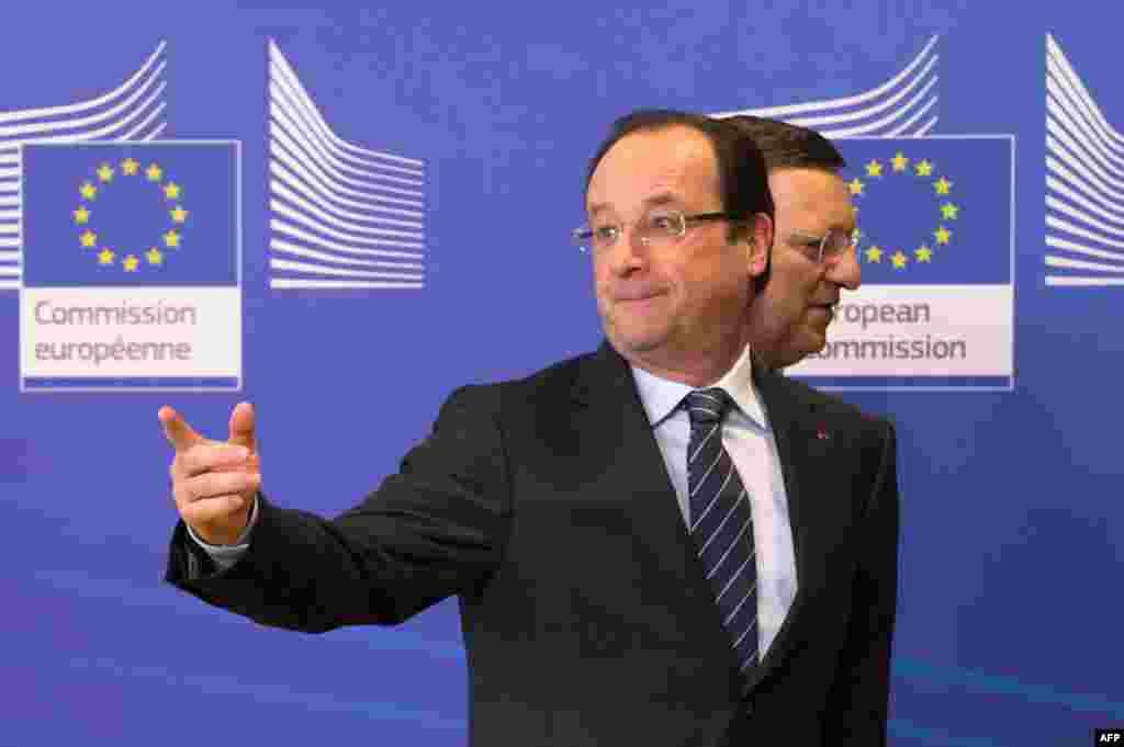 Tổng thống Pháp Francois Hollande đến dự hội nghị các nước cấp viện cho Mali tổ chức tại trụ sở EU ở Brussels. Bị che khuất là ông Jose Manuel Barroso, Chủ tịch Ủy hội châu Âu.