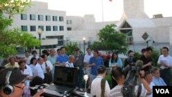 中國駐美使館前全美學自聯六四紀念會現場 (美國之音申華拍攝)