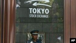 Охранник на входе Токийской фондовой биржи. Япония. 31 мая 2013 г.