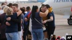 روس کی طرف رہا کیے گئے یوکرینی قیدیوں کا خیرمقدم ان کے عزیز و اقارب بوریسپل کے ایئر پورٹ پر کر رہے ہیں۔ 7 ستمبر 2019