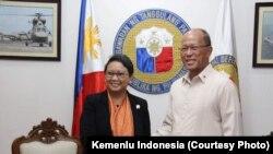 Menlu RI Retno Marsudi langsungkan pertemuan terpisah dengan Menlu Filipina Alan Peter Scram Cayetano, sebelum pertemuan bilateral di Manila, Kamis (22/6) (Courtesy: Kemlu RI)