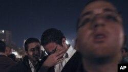 Protu-vladini prosvjednici na Trgu Tahrir gledaju prijenos Mubarakova govora