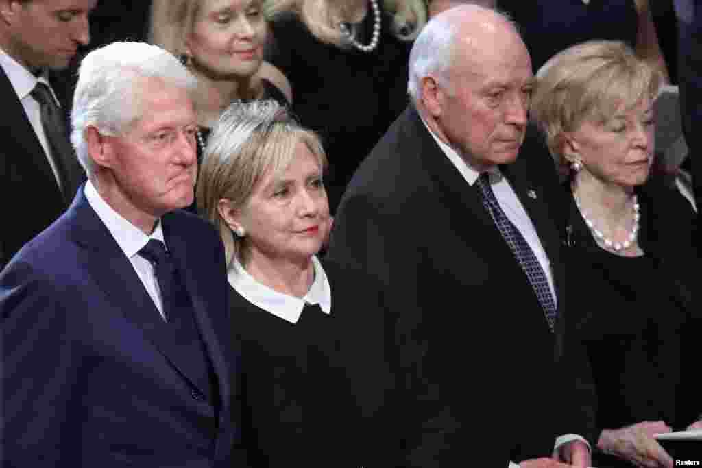BIvši predsednik Bil Klinton, bivša državna sekretarka Hilari Klinton, bivši potpredsednik Dik Čejni sa Lin Čejni prisustvovali su odavanju pošte senatoru Mekejnu u Nacionalnoj katedrali u Vašingtonu. 1. septembar, 2018.
