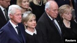 သမၼတေဟာင္း Bill Clinton နဲ႔ဇနီး ႏိုင္ငံျခားေရး ဝန္ႀကီးေဟာင္း Hillary Clinton၊ ဒုသမၼတေဟာင္း Dick Cheney နဲ႔ဇနီးတို႔ ဂၽြန္မက္ကိန္းေအာက္ေမ့ဖြယ္ အခမ္းအနား တက္ေရာက္လာစဥ္။
