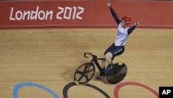 Pebalap sepeda Inggris, Jason Kenny memenangkan medali emas dalam salah satu nomor sprint (7/8).