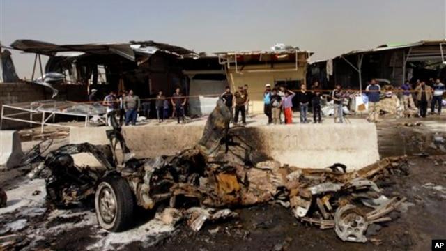 Warga Irak memeriksa lokasi serangan bom mobil di wilayah Ameen timur Baghdad, Irak, Minggu, 17 Februari, 2013. Serangkaian bom mobil meledak dalam waktu hampir bersamaan saat warga setempat berbelanja di sekitar Baghdad di akhir pekan tersebut. (AP Photo / Khalid Mohammed)