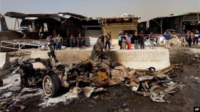 Hiện trường sau một vụ đánh bom xe ở vùng lân cận Ameen, phía đông Baghdad, ngày 17/2/2013.