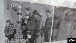 俄羅斯在莫斯科組織圖片展覽介紹與新疆密切關系,其中一幅圖片顯示蘇聯專家1957年在新疆克拉瑪依油田。
