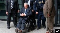 دنیس هسترت یکی از عالیترین مقام های آمریکایی است که زندانی می شود.