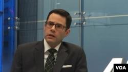 美國企業研究所學者奧斯林介紹他的新書(美國之音莉雅拍攝)