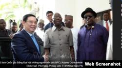 Phó Thủ tướng Vương Đình Huệ và ông Adams Oshiomhole, Chủ tịch đảng APC. Photo TTXVN.