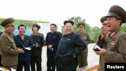 최근 김정은 북한 국방위원회 제1위원장(가운데)이 조선인민군 제810군부대산하 신창양어장을 현지지도 했다고 북한 조선중앙통신이 지난 15일 보도했다. (자료사진)