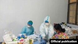 Fever Clinic မွာ စစ္ေဆးကုသေပးေနတဲ့ ေစတနာ့၀န္ထမ္းတခ်ိဳ႕။ (ဓာတ္ပံု -Community Fever Clinic - Yangon Network)