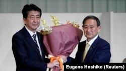 Thủ tướng Nhật Shinzo Abe chúc mừng ông Yoshihide Suga hôm 14/9/2020.