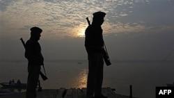 Cảnh sát Ấn Ðộ canh gác gần nơi xảy ra vụ nổ ở Varanasi, một trong những thành phố linh thiêng nhất của người theo Ấn Độ giáo, ngày 8/12/2010