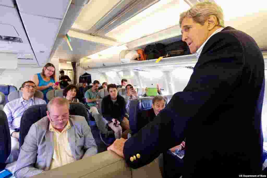 گفتگوی جان کری وزیر خارجه آمریکا با گروه خبری همراه در طول سفر به وین برای مذاکرات اتمی با ایران – ۲۶ ژوئن ۲۰۱۵