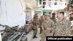 پاکستانی فوج کے سربراہ جنرل راحیل شمالی وزیرستان میں دیگر فوجی عہدیداروں کے ہمراہ