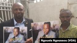 Joe Washington Ebina et Trésor Nzila Kendet, responsables des organisations de la société, manifestent pour la libération de leur camarade Noël Mienanzambi à Brazzaville, Congo, 6 juin 2017.