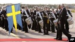 El presidente Barack Obama camina junto al embajador sueco ante Estados Unidos, Jonas Hafström frente a la guardia de honor a su llegada al aeropuerto de Estocolmo-Arlanda.