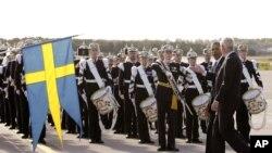 Presiden Obama disambut oleh Duta Besar Swedia untuk AS, Jonas Hafström (kanan) melewati anggota Pasukan Kerajaan, Pasukan Kehormatan dan Pasukan Pembawa Bendera dalam upacara penyambutan tamu negara, setibanya di Bandara Internasional Arlanda, Stockholm, Swedia, Rabu (4/9).