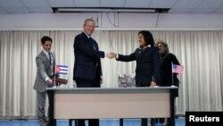 Chủ tịch Google Eric Schmidt đã chính thức ký kết thỏa thuận với bà Velesquez tại trụ sở ETESCA ở Havana, ngày 12/12/2016.