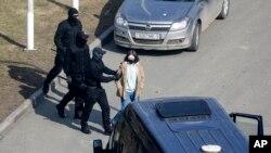 Policijski službenici zadržavaju demonstranta jer spriječavaju opozicionu akciju u znak protesta protiv zvaničnih rezultata predsjedničkih izbora u Minsku, Bjelorusija, u subotu, 27. marta 2021. godine.