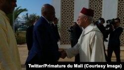 Le Premier ministre malien Soumyelou Boubeye Maïga, à gauche, salue les autorités de l'Institut Mohammed VI à son arrivée, Casablanca, Maroc, 9 mars 2018. (Twitter/Primature du Mali)